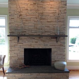 シャーロットの中サイズのトラディショナルスタイルのおしゃれな独立型リビング (標準型暖炉、石材の暖炉まわり、緑の壁、濃色無垢フローリング、テレビなし) の写真