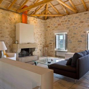 Mediterranes Wohnzimmer mit Kamin in Sonstige