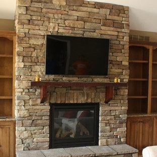 セントルイスの大きいトラディショナルスタイルのおしゃれなリビング (ベージュの壁、カーペット敷き、標準型暖炉、壁掛け型テレビ、漆喰の暖炉まわり、ベージュの床) の写真
