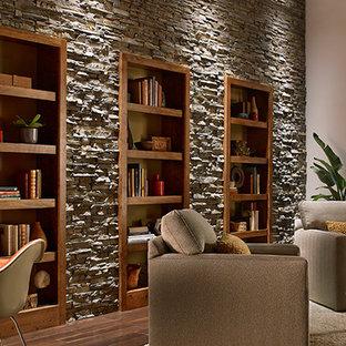 Diseño de biblioteca en casa abierta, rural, grande, sin chimenea y televisor, con paredes blancas y suelo de madera en tonos medios