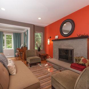 Diseño de salón actual, de tamaño medio, con parades naranjas y chimenea tradicional