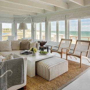 Foto di un grande soggiorno costiero aperto con sala formale, pareti beige, pavimento in cemento, nessuna TV e pavimento grigio
