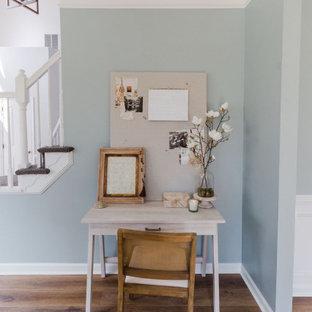 Immagine di un soggiorno stile marinaro di medie dimensioni e aperto con pareti blu, pavimento in laminato e pavimento marrone