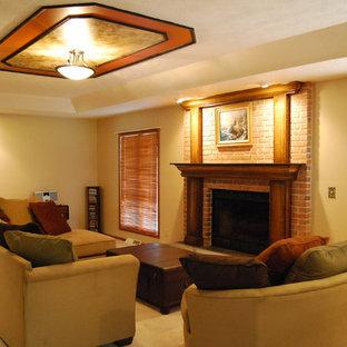 クリーブランドの中くらいのトラディショナルスタイルのおしゃれな独立型リビング (フォーマル、ベージュの壁、カーペット敷き、標準型暖炉、レンガの暖炉まわり、テレビなし、ベージュの床) の写真