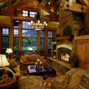 Inspiration pour un salon chalet avec un sol en bois brun, une cheminée standard et aucun téléviseur.