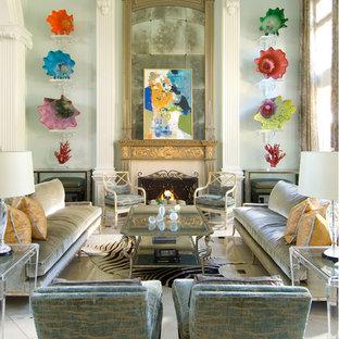 Foto di un grande soggiorno chic aperto con pareti blu, sala formale, pavimento in gres porcellanato e camino classico