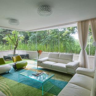 Imagen de salón para visitas cerrado, contemporáneo, grande, con paredes negras, moqueta y suelo multicolor