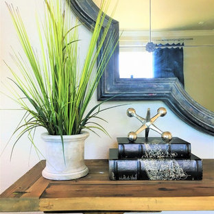 Immagine di un piccolo soggiorno tradizionale chiuso con pareti beige, pavimento in vinile, nessun camino, nessuna TV e pavimento marrone