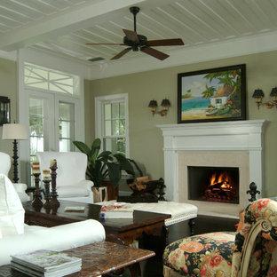 マイアミの大きいトロピカルスタイルのおしゃれなLDK (フォーマル、ベージュの壁、濃色無垢フローリング、標準型暖炉、木材の暖炉まわり、テレビなし) の写真