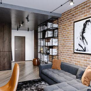 Foto de salón para visitas tipo loft, industrial, de tamaño medio, sin chimenea, con paredes blancas, suelo laminado, televisor independiente y suelo beige