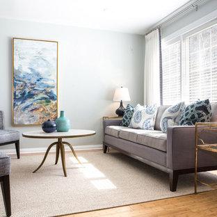 Immagine di un soggiorno chic aperto e di medie dimensioni con pareti grigie, pavimento in bambù, nessun camino e TV a parete