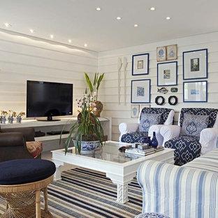 Modernes Wohnzimmer mit weißer Wandfarbe und freistehendem TV in Sonstige