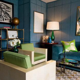 Cette image montre un salon avec une bibliothèque ou un coin lecture design avec un mur bleu.