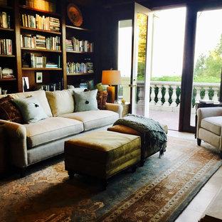 サンフランシスコの中サイズのトラディショナルスタイルのおしゃれな独立型リビング (ベージュの床、茶色い壁、標準型暖炉、木材の暖炉まわり、ライブラリー、テレビなし) の写真