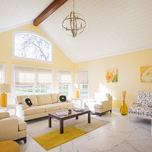 他の地域のトランジショナルスタイルのおしゃれなリビング (フォーマル、黄色い壁、大理石の床、暖炉なし、白い床) の写真