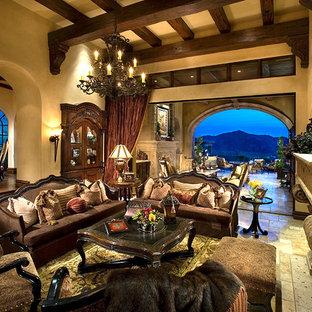 フェニックスの巨大なラスティックスタイルのおしゃれなLDK (フォーマル、マルチカラーの壁、トラバーチンの床、標準型暖炉、石材の暖炉まわり、壁掛け型テレビ、マルチカラーの床) の写真