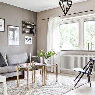 Bild på ett funkis separat vardagsrum, med ett finrum, flerfärgade väggar, ljust trägolv och beiget golv