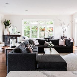 Imagen de salón abierto, contemporáneo, de tamaño medio, con paredes blancas, suelo de madera oscura, chimenea tradicional, marco de chimenea de yeso, televisor colgado en la pared y suelo marrón