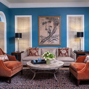Diseño de salón clásico con paredes azules