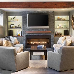 ボストンのトラディショナルスタイルのおしゃれなリビング (横長型暖炉) の写真