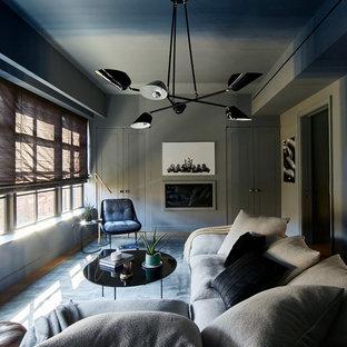 Idee per un soggiorno minimalista di medie dimensioni e chiuso con angolo bar, pareti multicolore, parquet chiaro, camino classico, cornice del camino in legno e nessuna TV