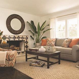 Exemple d'un salon sud-ouest américain de taille moyenne et fermé avec un mur blanc, un sol en bois foncé, une cheminée standard, un manteau de cheminée en carrelage et aucun téléviseur.
