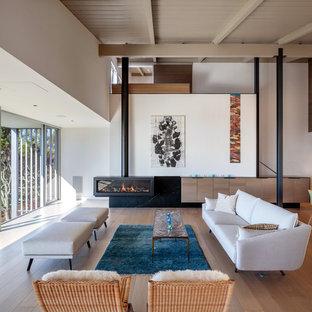 Idee per un grande soggiorno minimalista aperto con pareti bianche, parquet chiaro, sala formale, camino sospeso e nessuna TV