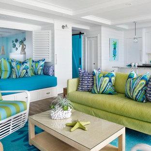 ハワイのビーチスタイルのおしゃれなLDK (白い壁、無垢フローリング、茶色い床) の写真