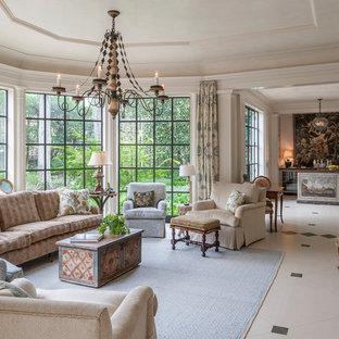 Mittelgroßes, Fernseherloses, Offenes Klassisches Wohnzimmer ohne Kamin mit Hausbar, weißer Wandfarbe, Porzellan-Bodenfliesen und weißem Boden in Houston