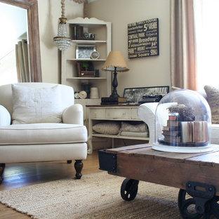 Cette image montre un salon style shabby chic de taille moyenne et ouvert avec une salle de réception, un mur beige, aucun téléviseur et un sol en vinyl.