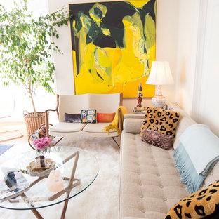 Kleines, Abgetrenntes Stilmix Wohnzimmer mit beiger Wandfarbe und braunem Holzboden in San Francisco