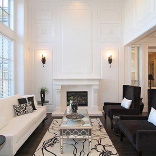 Immagine di un soggiorno classico chiuso con sala formale, pareti bianche, parquet scuro, camino classico e cornice del camino in legno
