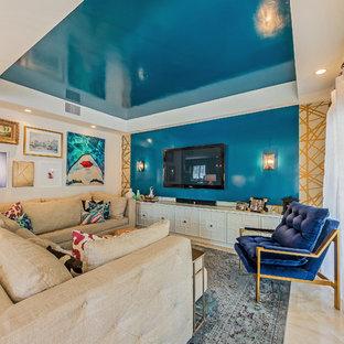 Imagen de salón abierto, minimalista, pequeño, con paredes azules, suelo de mármol y pared multimedia