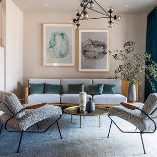 Modernes Wohnzimmer mit rosa Wandfarbe, braunem Holzboden und braunem Boden in San Francisco