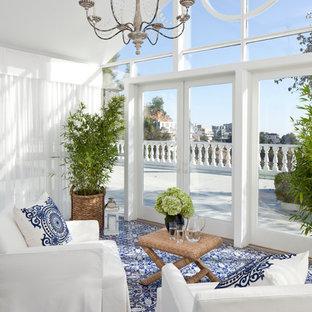 ロサンゼルスの中サイズのトラディショナルスタイルのおしゃれな独立型リビング (フォーマル、白い壁、カーペット敷き、暖炉なし、テレビなし、茶色い床) の写真
