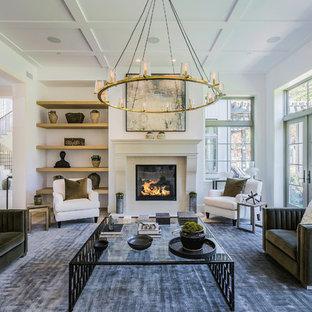 Modern inredning av ett mycket stort allrum med öppen planlösning, med ett finrum, vita väggar, en standard öppen spis, en spiselkrans i sten, ljust trägolv och grått golv