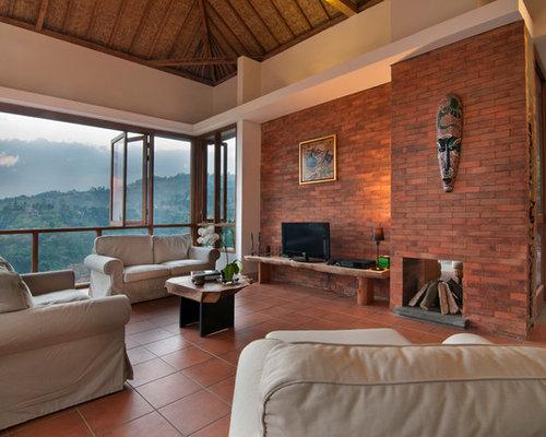 salon avec un manteau de chemin e en brique et un mur rouge photos et id es d co de salons. Black Bedroom Furniture Sets. Home Design Ideas