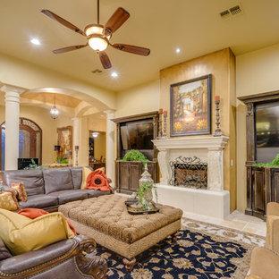 他の地域のサンタフェスタイルのおしゃれなLDK (フォーマル、トラバーチンの床、標準型暖炉、コンクリートの暖炉まわり、テレビなし) の写真