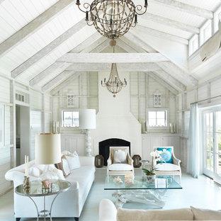 Repräsentatives Maritimes Wohnzimmer mit weißer Wandfarbe, gebeiztem Holzboden, Kamin und blauem Boden in Boston