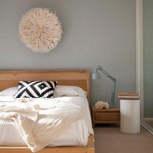 Idee per un soggiorno contemporaneo di medie dimensioni e chiuso con sala formale, pareti beige, moquette, nessun camino e TV autoportante