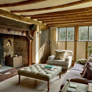 Foto di un soggiorno country di medie dimensioni con pareti bianche, camino classico, pavimento in mattoni e pavimento marrone