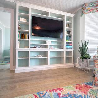 Imagen de salón para visitas abierto, marinero, de tamaño medio, con suelo vinílico, suelo amarillo, paredes verdes y pared multimedia