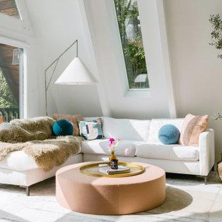 На фото: маленькая открытая гостиная комната в стиле ретро с белыми стенами, светлым паркетным полом, стандартным камином, фасадом камина из камня, бежевым полом и балками на потолке
