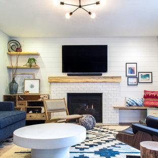 Exempel på ett litet eklektiskt separat vardagsrum, med ett finrum, vita väggar, heltäckningsmatta, en standard öppen spis, en spiselkrans i trä, en väggmonterad TV och flerfärgat golv