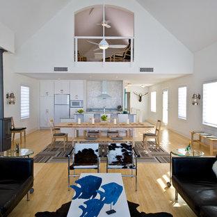 Uriges Wohnzimmer mit Bambusparkett und Kaminofen in Minneapolis