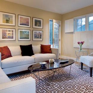 Modernes Wohnzimmer mit beiger Wandfarbe in Boston