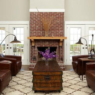 Imagen de salón tradicional, sin televisor, con paredes beige, chimenea tradicional y marco de chimenea de ladrillo