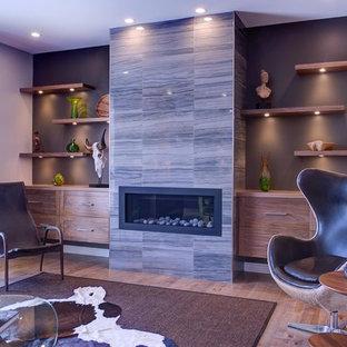 Foto di un grande soggiorno moderno aperto con sala formale, pareti marroni, parquet chiaro, camino lineare Ribbon, cornice del camino piastrellata e nessuna TV