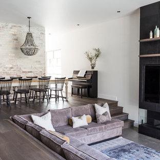 Großes, Fernseherloses, Offenes Modernes Wohnzimmer mit weißer Wandfarbe, Kaminumrandung aus Stein, dunklem Holzboden und Gaskamin in Brisbane
