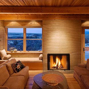 Ispirazione per un soggiorno american style con camino classico